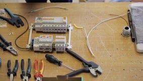 Op de Desktop verzamelt elektrodraden onder de instrumenten stock video