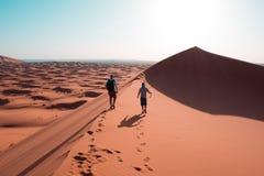 Op de duinen van de woestijn van de Sahara in Marokko stock foto