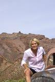 Op de Go Gepensioneerde die in Woestijn op Oldtimer plaatst Royalty-vrije Stock Foto