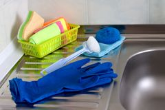 Op de gootsteen in de keuken zijn kleurrijke en noodzakelijke punten voor was en het schoonmaken royalty-vrije stock afbeeldingen