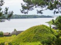 Op de kust van een mooi groot meer is er een dorp Royalty-vrije Stock Afbeelding