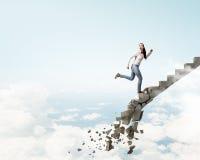 Op de ladder die uitdagingen overwinnen royalty-vrije stock fotografie