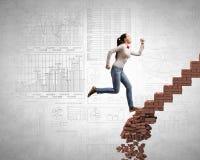 Op de ladder die uitdagingen overwinnen royalty-vrije stock afbeeldingen