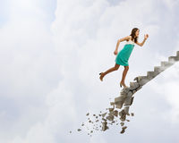 Op de ladder die uitdagingen overwinnen stock foto's