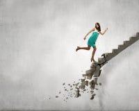 Op de ladder die uitdagingen overwinnen royalty-vrije stock afbeelding