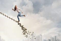 Op de ladder die uitdagingen overwinnen royalty-vrije stock foto's