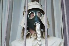 Op de ledenpop een burgerlijk gasmasker stock fotografie