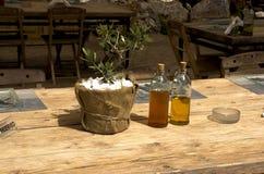 Op de lijst, de olijfolie en de balsemieke azijn Stock Fotografie