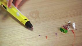 Op de lijst is een 3D pen Dichtbij het afval en de residu's van ABS plastiek stock video