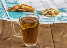 Op de lijst is een glas thee met broodkruimels en het drogen Royalty-vrije Stock Afbeeldingen