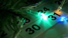 Op de lijst is de kalender van December van het Nieuwjaar en de Nieuwjaarlichten branden rond de datum van 31 December stock footage