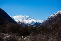 Op de manier aan de bergen stock foto