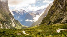 Op de manier aan Milford-Geluid in Nieuw Zeeland Stock Afbeeldingen