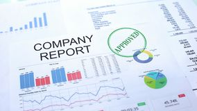 Op de markt brengend goedgekeurd rapport, hand het stempelen verbinding over officieel document, statistieken stock afbeeldingen