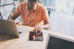 Op de markt brengende Laptop van Working Wood Table van de Handelsmanager Moderne Binnenlandse Ontwerpzolder De medewerkers werke stock foto's