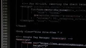 Op de monitor zijn de aanvankelijke codes ingegaan De broncode de tekst van het computerprogramma stock footage