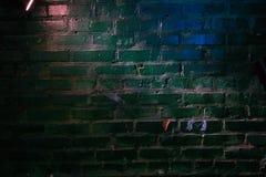 Op de muur van groene schaduw blauwe gloed en roze licht van een lantaarn stock afbeeldingen