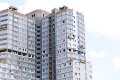 Op de muur van het gebouw zijn gehangen krukken voor buitendecoratie De gebouwen in aanbouw zijn zichtbaar Stock Afbeeldingen