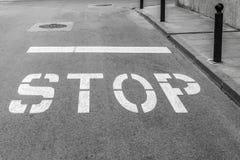 Op de rijweg van de weg is er een teken Royalty-vrije Stock Afbeeldingen