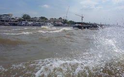 Op de schepen van het rivierzeil met toeristen aan boord Royalty-vrije Stock Foto's
