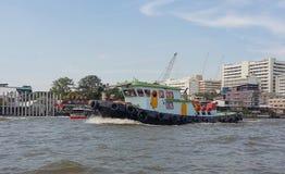 Op de schepen van het rivierzeil met toeristen aan boord Stock Foto's