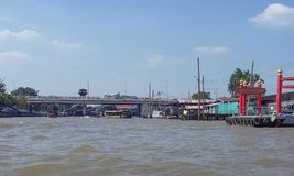 Op de schepen van het rivierzeil met toeristen aan boord Royalty-vrije Stock Foto