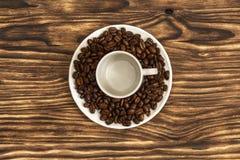 Op de schotel is een kop van een lege kop voor koffie en liggen koffie Royalty-vrije Stock Foto's