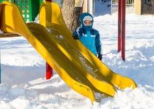 Op de speelplaats in sneeuw Bulgaarse Pomorie, de winter van 2017 Royalty-vrije Stock Foto