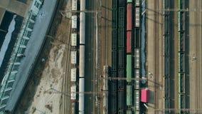 Op de spoorwegsporen berijdt een passagierstrein in langzame motie Luchtvlieg van treinsporen op spoorweg