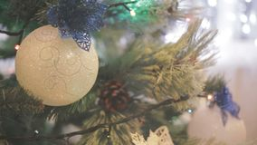 Op de straat de sneeuw Een Kerstmisboom met het speelgoed van de Kerstmisboom en het glanzen lichten sparkly wordt verfraaid dat stock footage