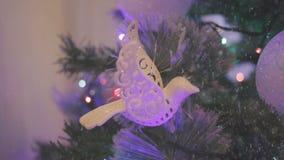Op de straat de sneeuw Een Kerstmisboom met het speelgoed van de Kerstmisboom en het glanzen lichten sparkly wordt verfraaid dat stock videobeelden