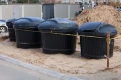 Op de straat van de stad installeer nieuwe moderne containers voor royalty-vrije stock foto