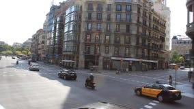 Op de straten van het bezige verkeer van Barcelona stock video