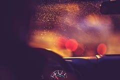 Op de weg op een regenachtige nacht Stock Foto's