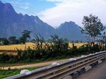 Op de weg in het zeer mooie platteland rond Vang Vieng Royalty-vrije Stock Foto