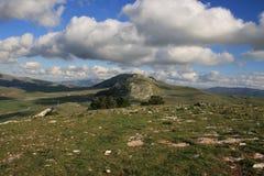 Op, de wolken van de Heuveltop & Hemel Stock Afbeeldingen