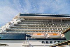Op dek van groot cruiseschip in vreedzame oceaan dichtbij Alaska Stock Afbeeldingen