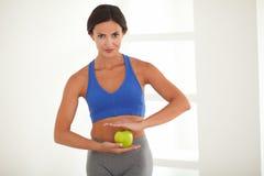 Op dieet zijnde jonge vrouw die zich met vitaliteit bevinden royalty-vrije stock foto's