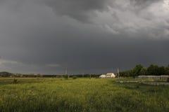 Op een achtergrond van onweerswolken in de hemel stock afbeelding