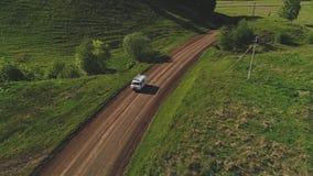 Op een autoritten van de bergweg De cinematic camera wordt verminderd na de auto stock videobeelden