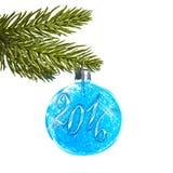 2016 op een blauwe Kerstmisbal die van een tak hangen Royalty-vrije Stock Afbeelding