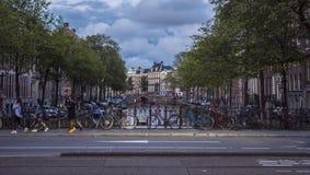 Op een brug over een typisch kanaal in de stadscentrum van Amsterdam stock foto's