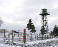 Op een grens: prikkeldraad, watchtower Stock Afbeelding