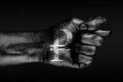 Op een hand met een getrokken roebelteken, wordt fig. afgeschilderd, een teken van de agressie van Rusland, meningsverschil, weig vector illustratie