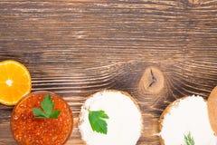 Op een houten lijstsandwiches met boter en vissenkaviaar royalty-vrije stock afbeeldingen