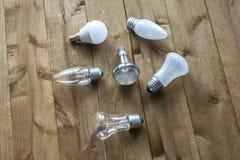 Op een houten oppervlakte zijn lampen met verschillend GLB Royalty-vrije Stock Afbeeldingen