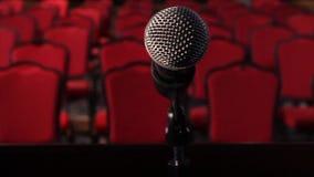 Op een lege stadiummicrofoon voor een lege zaal scène Microfoon op stadiumclose-up stock footage