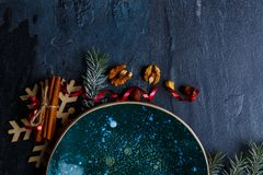 Op een oppervlakte een glanzende raad van ronde vorm en decoratie van takjes van een Kerstboom Royalty-vrije Stock Foto