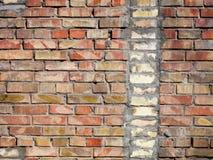 Op een oude muur van rode bakstenen een gescheiden verticaal fragment van de oude silicaatbaksteen Royalty-vrije Stock Foto's