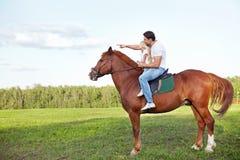 Op een paard stock foto